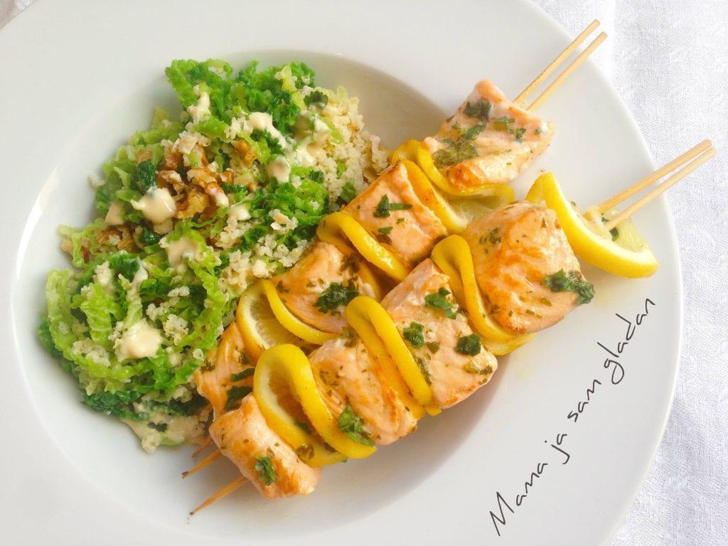 ražnjići s lososom i salata od kelja