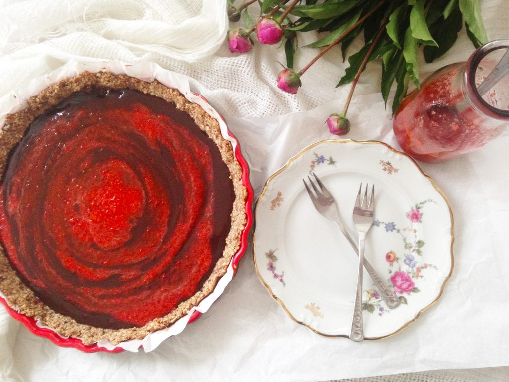 Tart bez brašna punjen kremom od čokolade i jagoda