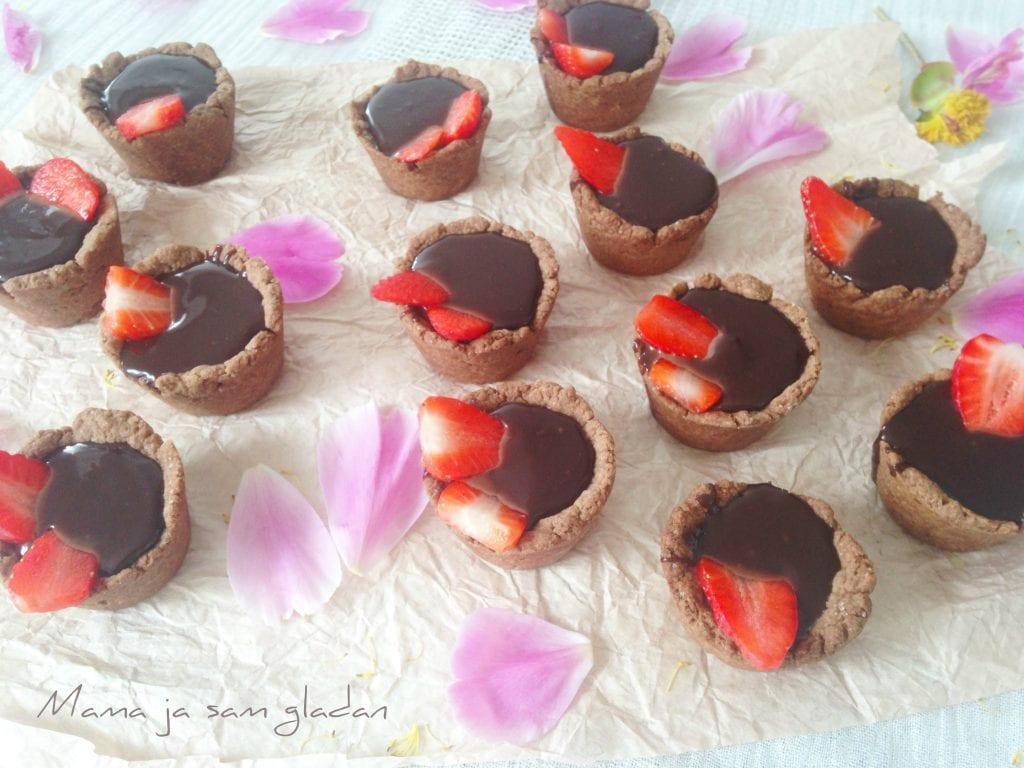 Prhke košarice s čokoladom i jagodama